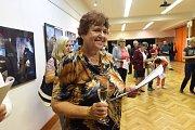 Jen několik lidí přišlo na vtištěném programu  avizovanou vernisáž výstavy obrazů Larisy Nobilisové do Komorního sálu Městského společenského domu vKolíně.