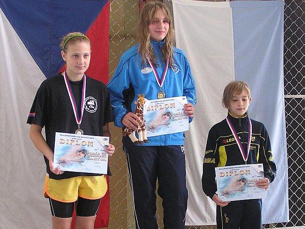 Kolínská plavkyně Denisa Försterová (vlevo) získala na Poháru jedenáctiletého žactva dvě stříbrné medaile