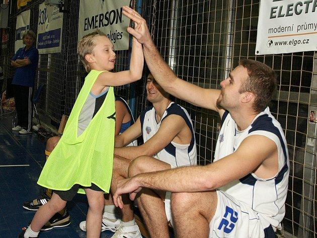 Z basketbalového sportovního odpoledne v hale Spojů.