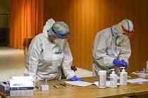 Antigenní testy v odběrovém středisku v Městském společenském domě v Kolíně.