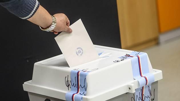 Druhé kolo senátních voleb ve volební místnosti v kolínské 5. Základní škole Mnichovická.