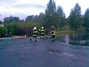 Rozmary počasí se letos nevyhnuly ani Cerhenicím. V jedné z firem vzniklo doslova jezero.