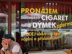 Kuřáci si pomalu zvykají, že musí kouřit venku. Hrozí se však zimy.