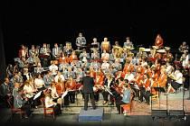 Pod názvem Šťastné Vánoce se včera večer uskutečnil v kolínském Městském divadle první z vánočních koncertů kolínských velkých dechových orchestrů. Před zaplněným hledištěm svůj program zahrál Velký dechový orchestr Kolín zřizovaný obcí Dolní Chvatliny.