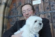 Farář Libor Bulín s maltézským psíkem, symbolem věrnosti