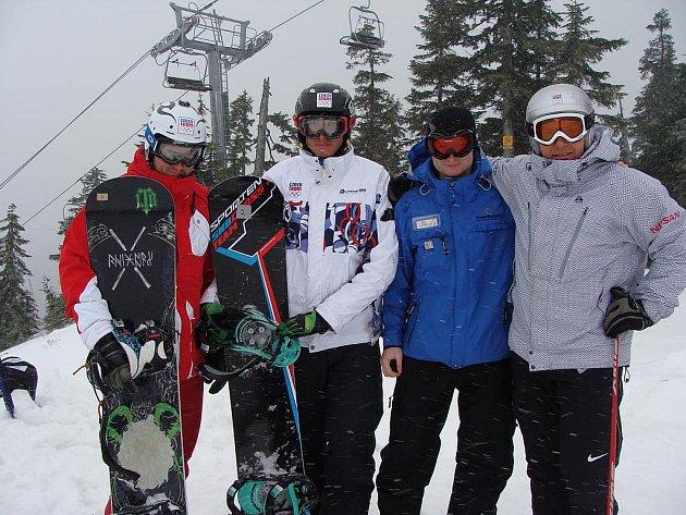 Michal Kapic (druhý zprava) ve společnosti snowboardistů a skikrosaře Tomáše Krause (vpravo).