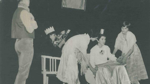 Dětský divadelní soubor obce Křečhoř na okresní přehlídce v roce 1983.