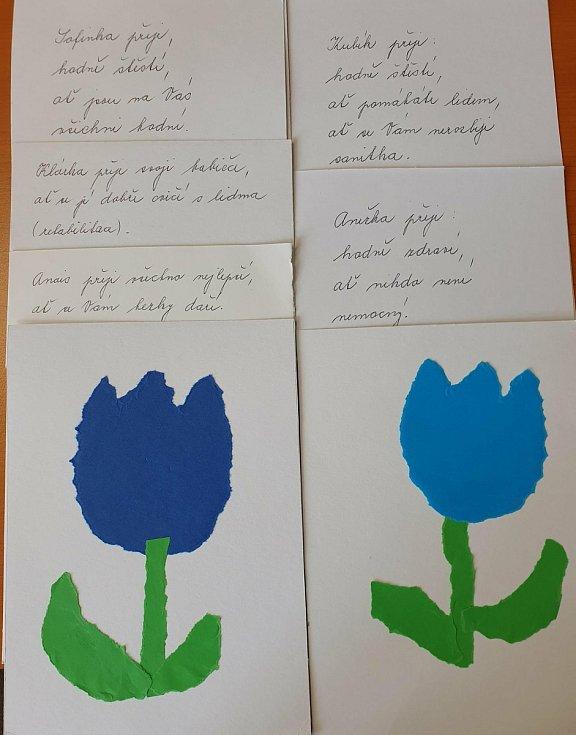 Přáníčka a papírové kytičky pro kolínské zdravotníky od dětí ze školek v Žehuni a Chrástu.