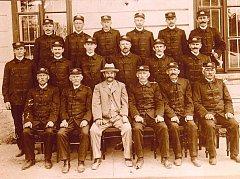 Členové Sboru dobrovolných hasičů v Chotouchově na archivním snímku z 20. let minulého století.
