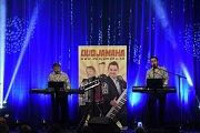 Ve velkém sále Městského společenského domu zahráli otec Alfons a jeho syn Marian Kotvanovi známí coby Duo Jamaha.