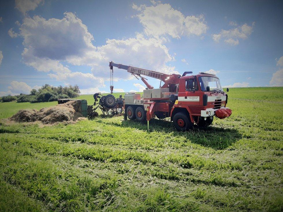 V polích u obce Krymlov se převrátil traktor. Dvěma mužům, kteří v traktoru jeli, se nehoda stala osudnou.