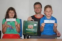 Jitka Löweová vyhrála karton piv značky Rohozec a dvě volné vstupenky na přátelské utkání kolínských hokejistů proti Pardubicím. Pracovně zaneprázdněnou vítězku při přebírání cen zastoupil manžel Miloš se synem Markem a dcerou Denisou.