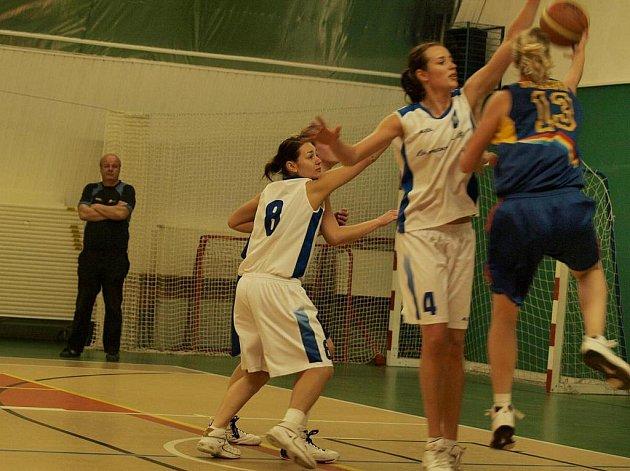 Eva Šípová (v bílém č. 4) blokuje střely hráček Sparty.