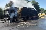 Požár nákladního vozidla se slámou na silnici I/12 u Křečhoře.