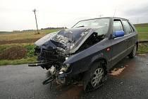 Řidič felicie narazil do sloupu. Hradenín - 16. října