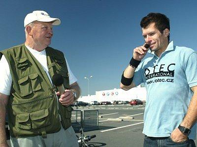 Při doprovodném programu vystoupí  několikanásobný mistr světa v cyklotrialu Josef Dresler (vpravo). Na snímku je při loňské návštěvě s ředitelem závodu Jaroslavem Lacinou.