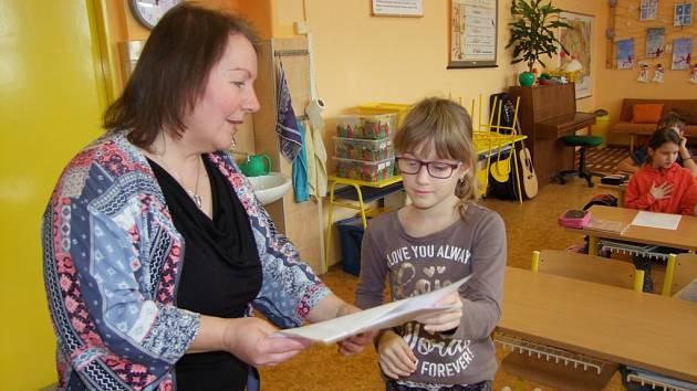 Vysvědčení si převzali i žáci Základní školy Veltruby u Kolína.