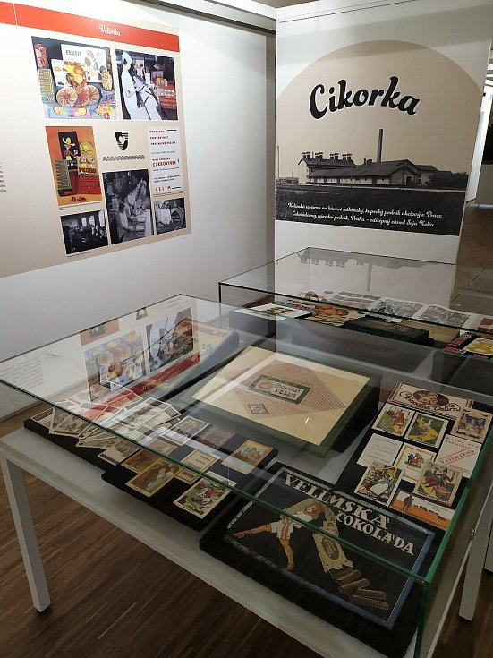 Výstava Sladkosti na Kolínsku / Z historie výroby čokolády, cukrovinek a kávových náhražek ve Veigertovském domě v Kolíně.