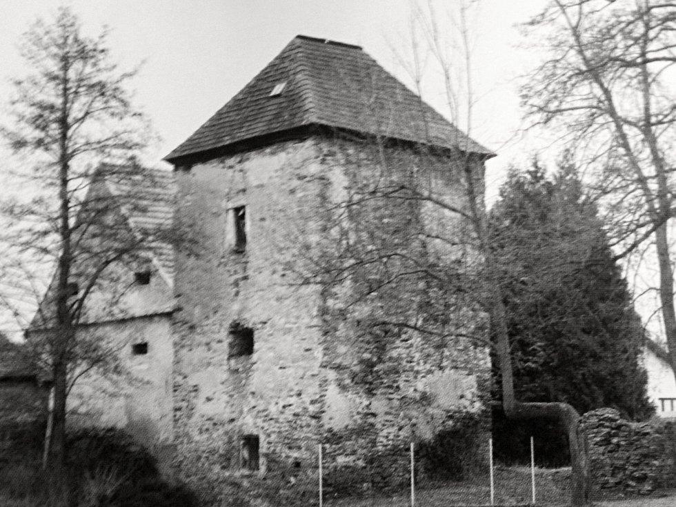 Malotická gotická vodní tvrz se řadí k nejvýznamnějším památkám na Kolínsku.