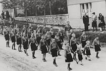 Průvod malých radimských obyvatel v roce 1946. Událost se konala k slavnostnímu odhalení pomníku padlých u místní kaple.