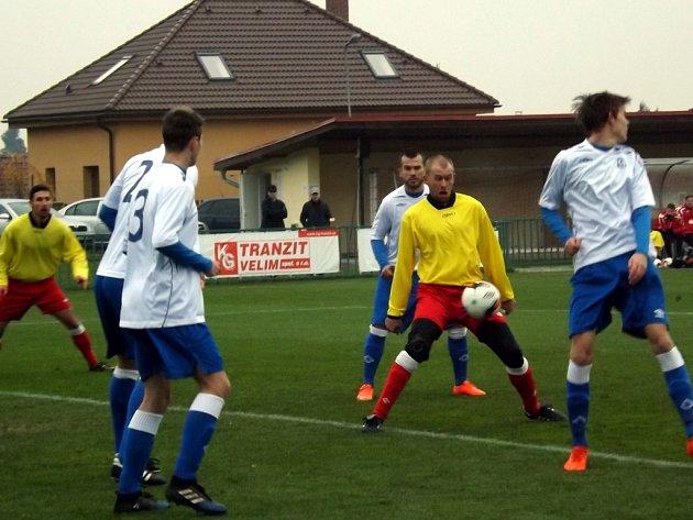 Fotbalisté Velimi (žluté dresy) porazili v posledním kole podzimní části I. A třídy Čelákovice 2:0.
