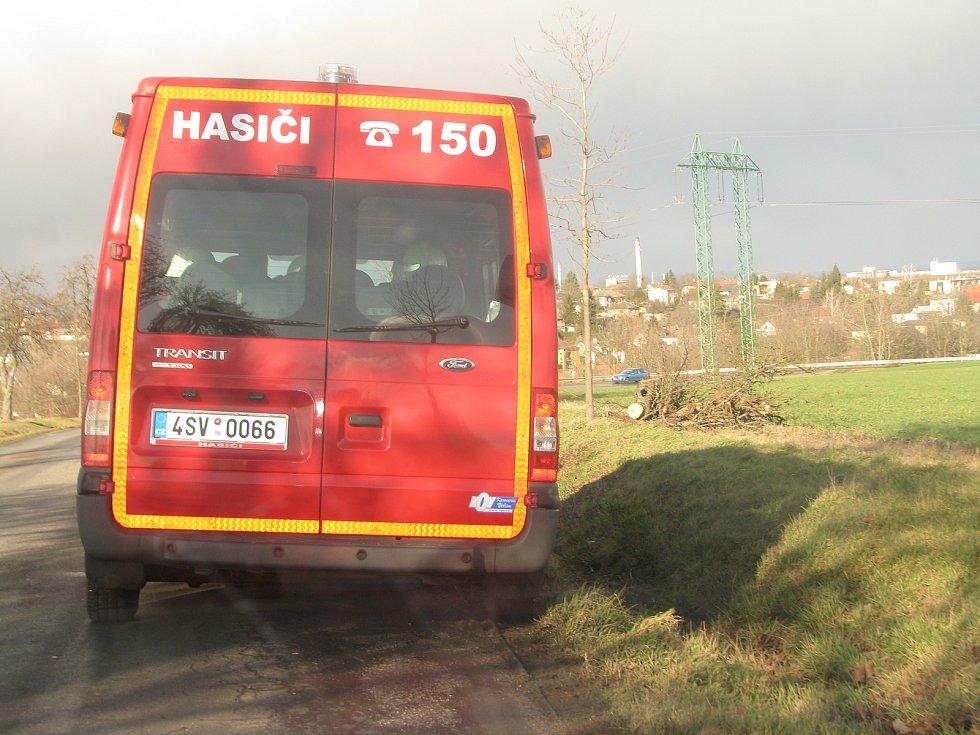 Odpolední vlna větru na Kolínsku - silnice u Polep