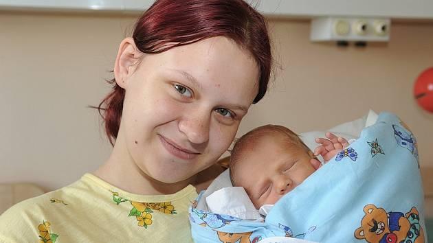 Všem příbuzným z peřinky mává Pavel Forst, který se s váhou 2 790 gramů a výškou 48 centimetrů narodil 29. května. Coby první přírůstek do rodiny si jej domů do Českého Brodu odvezli rodiče Petra a Pavel.
