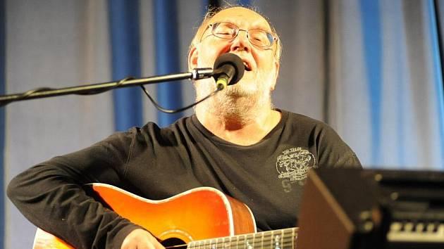 Stovky fanoušků si ve středu večer ve velkém sále kolínského Městského společenského domu zpívaly písně trampských bardů Jana a Františka Nedvědových