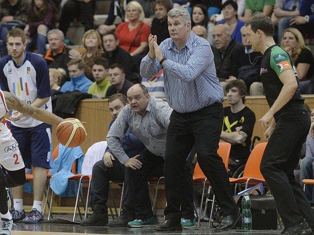 Trenér Predrag Benáček (tleskající) se rozhodl skončit u kolínských Medvědů.