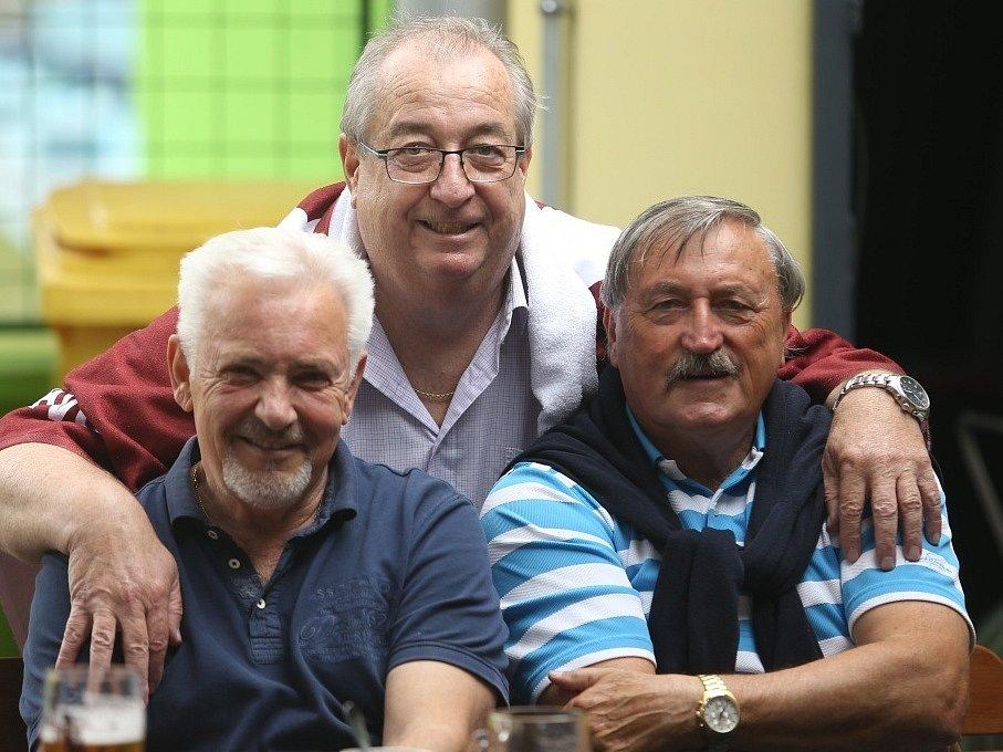 Ředitel školy Jindřich Synek starší (uprostřed) ve společnosti Milana Pitkina (vlevo) a Antonína Panenky.