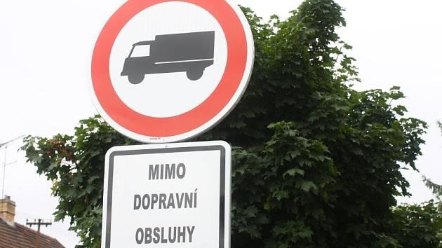 Zákaz vjezdu nákladní dopravě.