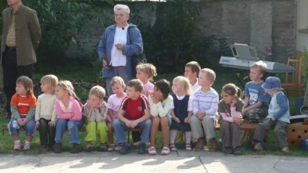 V pátek 14. září odpoledne se slavnostně otevřela nová zahrada Mateřské školy v Ohařích. Projekt, podpořený z grantového programu TPCA Partnerství pro Kolínsko částkou 73 tisíc korun zrealizovali rodiče dětí s místními občany svépomocí.