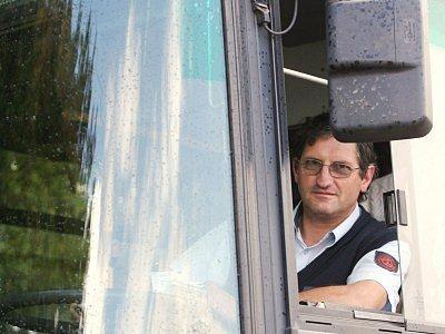 """Milan Zouplna jezdí na trase Kutná Hora–Praha. Podle jeho názoru nikdo nechce autobusy řídit z důvodu velké zodpovědnosti. """"Když je také autobus účastníkem nehody, je automaticky určen za viníka jeho řidič,"""" řekl rozhořčeně."""
