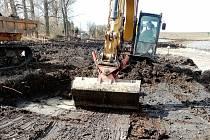 Z výstavby vodní nádrže ve Skramníkách.