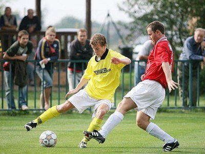 Útočník Velimi David Frič (vlevo) se gólově neprosadil. Upozornil na sebe pouze tím, že v průběhu zápasu inkasoval žlutou kartu.