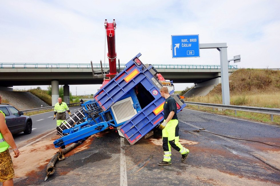 Nehoda za Kolínem na silnici I/12, kde se převrátil vlek nákladního automobilu.