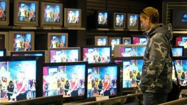 Magická obrazovka. Televizi sleduje 78 procent lidí starších 15 let v průměru 3 hodiny a 22 minut denně.