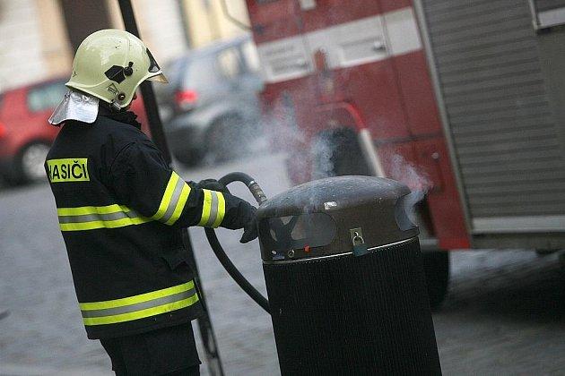 Hořící odpadkový koš.