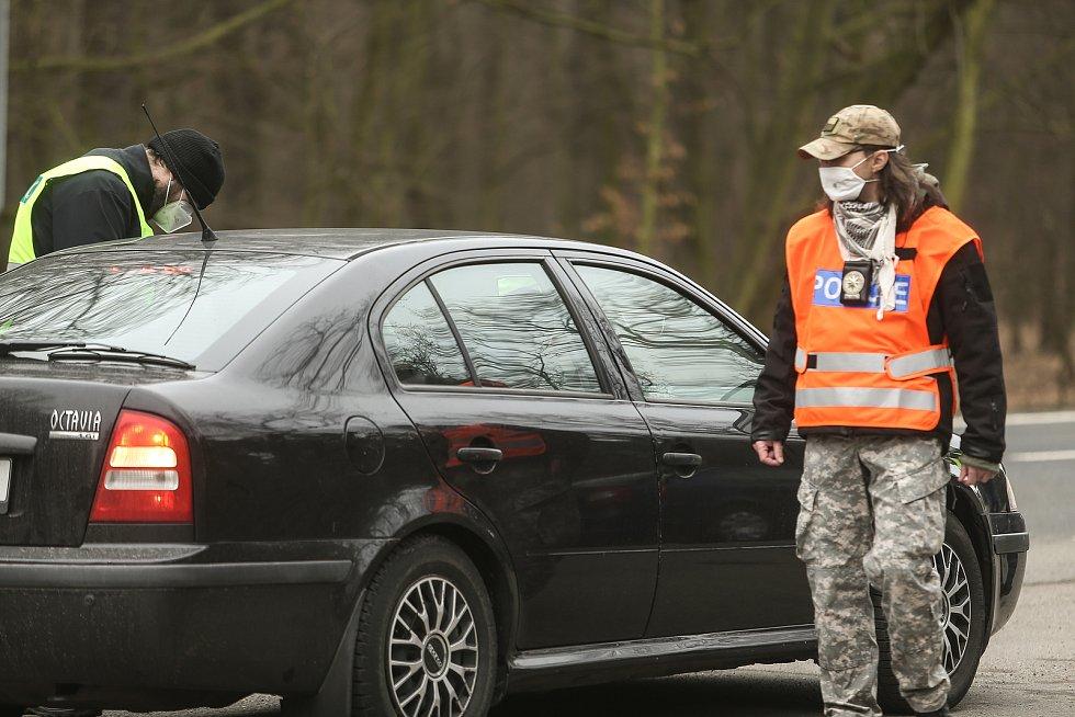 Kontrolní stanoviště policie na odpočívadle mezi obcemi Újezd nad Lesy a Úvaly na silnici I/12.