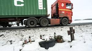 Pomníčky a křížky na místech tragických nehod na Kolínsku