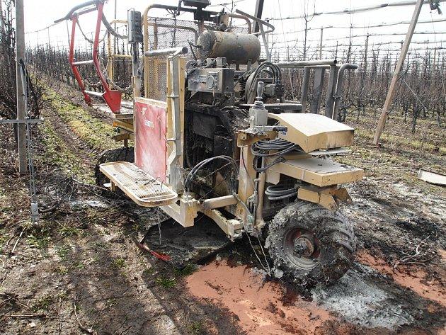 Požár zasáhl celý motorový prostor speciálního stroje