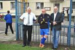 Na náboru nechyběl ani předseda představenstva FK Kolín František Bílek (zleva), trenér A mužstva Bohuslav Pilný a předseda výkonného výboru Sparta Kolín Jan Balík.