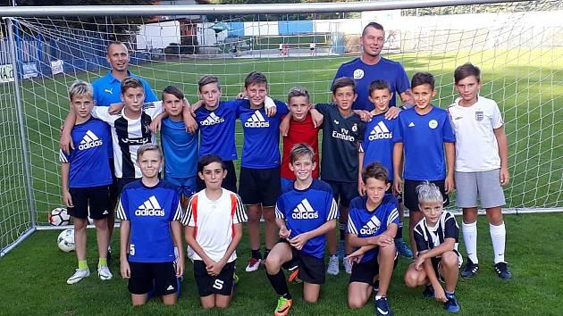 Mladí fotbalisté si zatrénovali s koučem Danielem Francem z Regionální fotbalové akademie Pardubice.