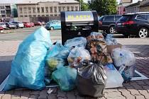 Kolíňáci obkládají odpadky tubusy podzemních kontejnerů.