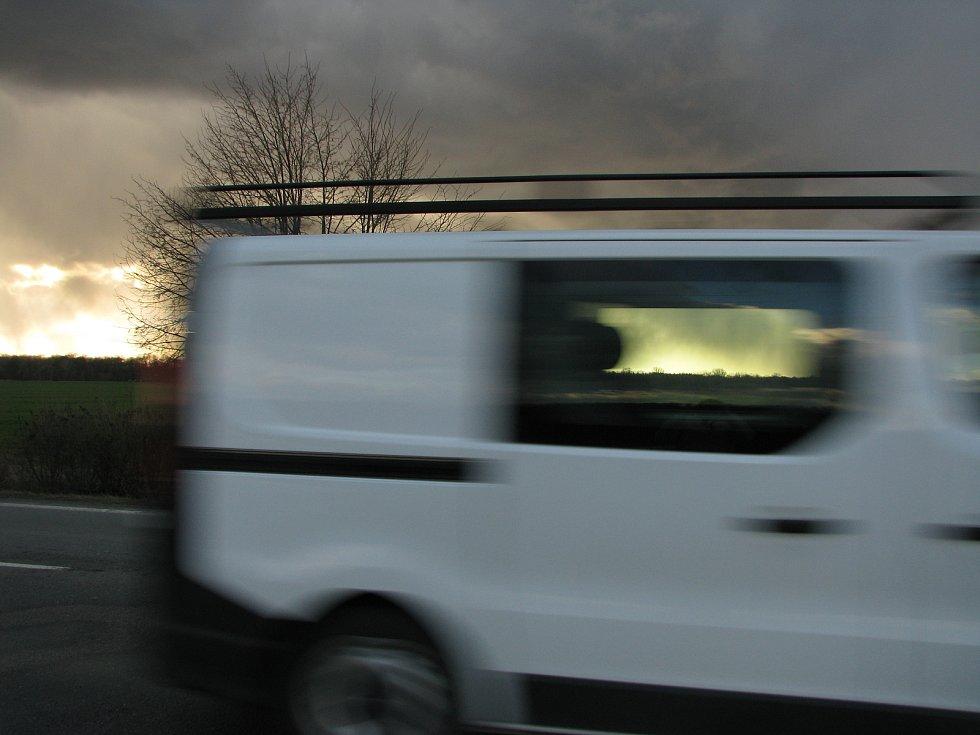 Odpolední vlna větru na Kolínsku - pohled ze silnice nedaleko Veltrub