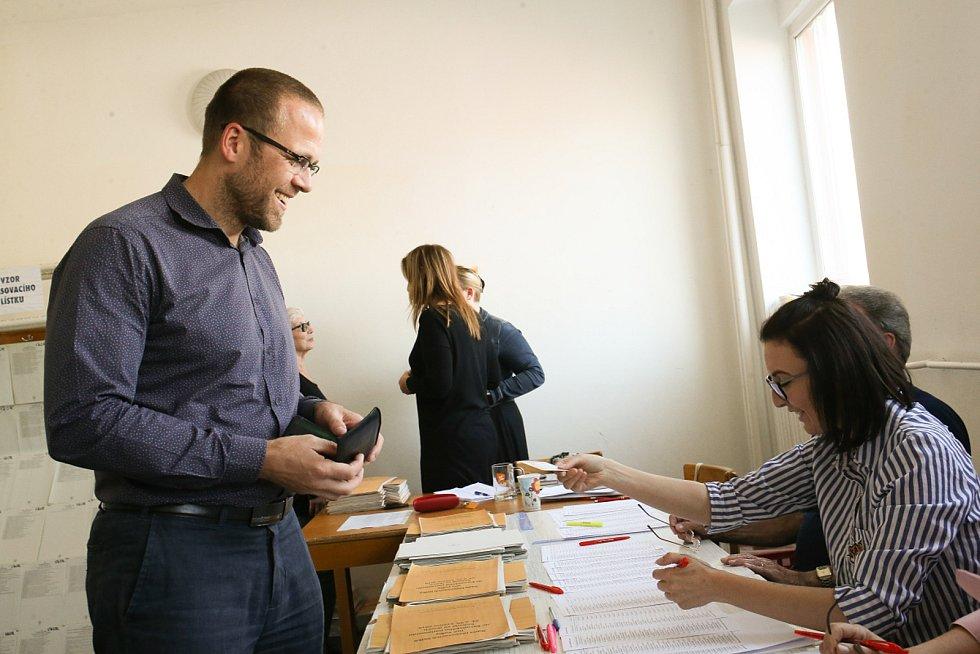 Volby do EP na Kolínsku, volební místnost na zimním stadionu Kolín, kde odvolil i budoucí starosta Michael Kašpar.
