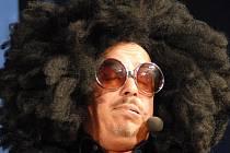 Po třech letech se do kolínského Městského společenského domu vrátil bavič a imitátor Zdeněk Izer, tentokrát s pořadem nazvaným Ze dvou se to lépe táhne, kde předchozího partnera nahradila zpěvačka a finalistka soutěže SuperStar Šárka Vaňková.