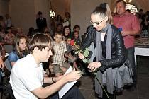 Plno bylo v pondělí odpoledne v kolínské synagoze, kde vedení Stipendijního nadačního fondu města Kolína vyhlašovalo výsledky několika soutěží a rozdávalo jednorázová stipendia pro tento rok.