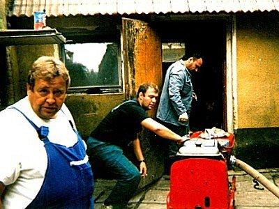 Dobrovolní  hasiči  z Veletova  pomáhali  likvidovat  škody  po  záplavách v obci Tuhaň na Mělnicku.