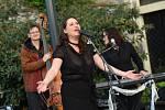 Z koncertu zpěvačky Diva Baara na terasách za Městským společenským domem v Kolíně.